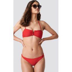 NA-KD Swimwear Góra bikini bandeau z detalem v - Red. Czerwone bikini damskie NA-KD Swimwear. W wyprzedaży za 40.48 zł.