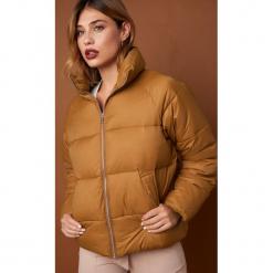 NA-KD Trend Krótka kurtka puchowa - Brown. Brązowe kurtki damskie NA-KD Trend, z puchu. Za 364.95 zł.