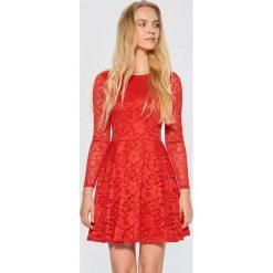 Koronkowa sukienka - Czerwony. Czerwone sukienki damskie Cropp, z koronki. Za 99.99 zł.