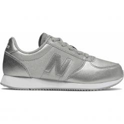 New Balance KL220GIY. Szare buty sportowe chłopięce New Balance, z materiału. W wyprzedaży za 169.99 zł.
