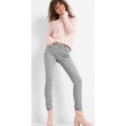 Dopasowane jeansy. Szare jeansy damskie Orsay. Za 99.99 zł.