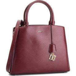 Torebka DKNY - Paige Lg Satchel R81D3326  Xod Blood Red 645. Czerwone torebki do ręki damskie DKNY, ze skóry. Za 1,399.00 zł.