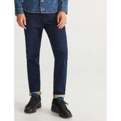 Jeansy slim fit dzianinowe - Granatowy. Niebieskie jeansy męskie Reserved. Za 149.99 zł.