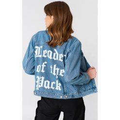 NA-KD Kurtka jeansowa Leader of the Pack - Blue. Niebieskie kurtki damskie NA-KD, z nadrukiem, z bawełny. W wyprzedaży za 161.98 zł.