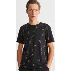T-shirt z nadrukiem - Szary. Szare t-shirty męskie Reserved, z nadrukiem. Za 39.99 zł.
