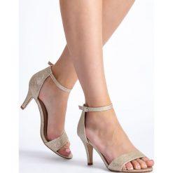 Beżowe błyszczące sandały damskie na obcasie QUIOSQUE. Sandały damskie QUIOSQUE. W wyprzedaży za 49.99 zł.