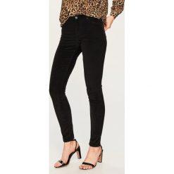 Spodnie slim fit - Czarny. Spodnie materiałowe damskie marki Reserved. W wyprzedaży za 59.99 zł.
