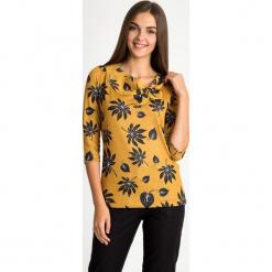 Musztardowa bluzka z wiązanym dekoltem QUIOSQUE. Czarne bluzki damskie QUIOSQUE, z dzianiny, biznesowe, z długim rękawem. Za 129.99 zł.