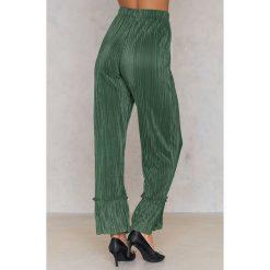 NA-KD Plisowane spodnie z falbankami - Green. Zielone spodnie materiałowe damskie NA-KD, z poliesteru. W wyprzedaży za 56.78 zł.