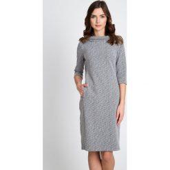 Szara sukienka z półgolfem QUIOSQUE. Szare sukienki damskie QUIOSQUE, z dzianiny, biznesowe, z klasycznym kołnierzykiem, z długim rękawem. W wyprzedaży za 139.99 zł.