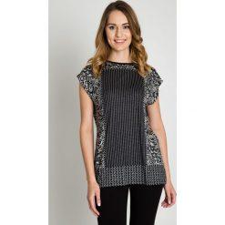 Czarno-biała bluzka w drobny wzór BIALCON. Białe bluzki damskie BIALCON, z tkaniny, eleganckie, z kopertowym dekoltem. W wyprzedaży za 80.00 zł.