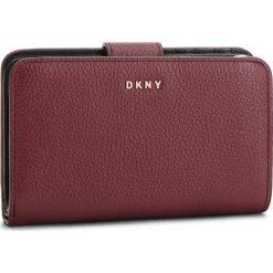 Duży Portfel Damski DKNY - Sm Carryall R83ZA659 Blood Red XOD. Czerwone portfele damskie DKNY, ze skóry. Za 549.00 zł.
