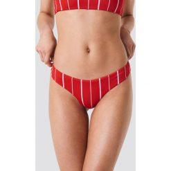 Kristin Sundberg for NA-KD Dół bikini stringi KS - Red. Bikini damskie marki bonprix. W wyprzedaży za 36.47 zł.