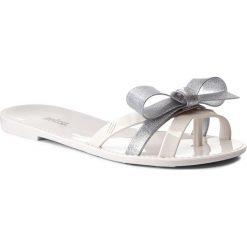 Japonki MELISSA - Fluffy Ad 31958 White/Silver 50554. Białe klapki damskie Melissa, z materiału. W wyprzedaży za 149.00 zł.
