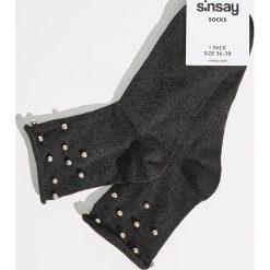 Skarpetki z aplikacją - Czarny. Czarne skarpety damskie Sinsay, z aplikacjami. Za 9.99 zł.