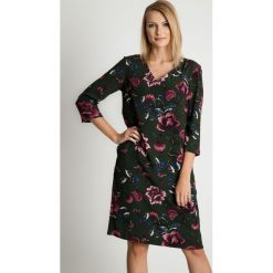Prosta sukienka midi w kwiaty BIALCON. Szare sukienki damskie BIALCON, w kwiaty, z tkaniny, z dekoltem w serek. Za 375.00 zł.