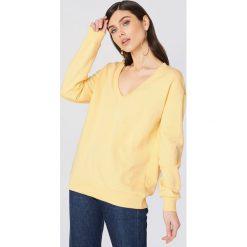 NA-KD Basic Bluza basic z dekoltem V - Yellow. Żółte bluzy damskie NA-KD Basic. Za 100.95 zł.