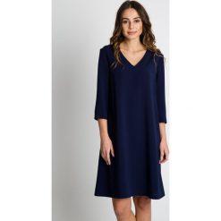 Granatowa sukienka do kolan BIALCON. Niebieskie sukienki damskie BIALCON, eleganckie, z klasycznym kołnierzykiem. W wyprzedaży za 227.00 zł.
