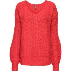 Sweter dzianinowy bonprix truskawkowy. Czerwone swetry damskie bonprix, z dzianiny, z dekoltem w serek. Za 74.99 zł.