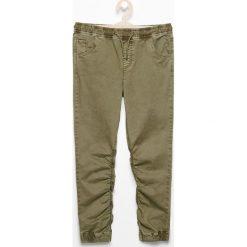 Spodnie jogger - Khaki. Spodnie materiałowe dla chłopców marki bonprix. W wyprzedaży za 39.99 zł.