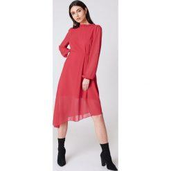 NA-KD Asymetryczna sukienka z wycięciem z tyłu - Red. Sukienki damskie NA-KD Trend, z asymetrycznym kołnierzem. W wyprzedaży za 97.17 zł.