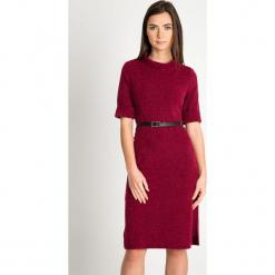 Bordowa melanżowa sukienka z paskiem QUIOSQUE. Czerwone sukienki damskie QUIOSQUE, z dzianiny, klasyczne, z dekoltem na plecach, z długim rękawem. Za 199.99 zł.