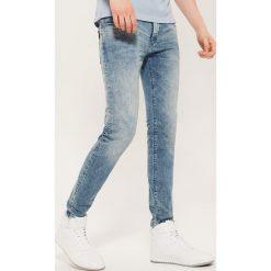 Jeansy slim - Niebieski. Jeansy męskie marki bonprix. W wyprzedaży za 79.99 zł.