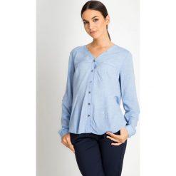 Niebieska koszula z dekoltem V QUIOSQUE. Niebieskie koszule damskie QUIOSQUE, na jesień, z jeansu, z koszulowym kołnierzykiem. W wyprzedaży za 89.99 zł.