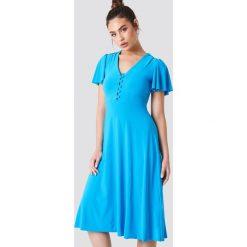 Trendyol Sukienka z guzikami i dekoltem V - Blue. Niebieskie sukienki damskie Trendyol, z elastanu, z falbankami. W wyprzedaży za 64.78 zł.
