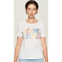 T-shirt z kolorowym napisem - Biały. T-shirty damskie marki DOMYOS. Za 19.99 zł.