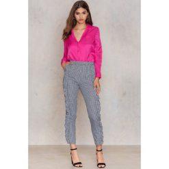NA-KD Spodnie z falbanami - Multicolor. Szare spodnie materiałowe damskie NA-KD, z bawełny. W wyprzedaży za 48.59 zł.