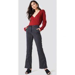 NA-KD Trend Sweter z kopertowym dekoltem - Red. Czerwone swetry damskie NA-KD Trend, z kopertowym dekoltem. Za 121.95 zł.