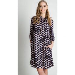 Luźna wiosenna sukienka z rękawem 3/4 BIALCON. Szare sukienki damskie BIALCON, w grochy, z tkaniny, klasyczne, z klasycznym kołnierzykiem. Za 329.00 zł.