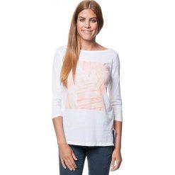 Koszulka w kolorze biało-pomarańczowym. Bluzki damskie Benetton, z nadrukiem, z bawełny, z okrągłym kołnierzem. W wyprzedaży za 43.95 zł.