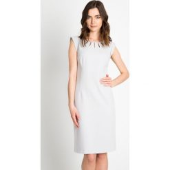 Szara sukienka z ozdobnym dekoltem QUIOSQUE. Szare sukienki damskie QUIOSQUE, w kolorowe wzory, z wełny. W wyprzedaży za 79.99 zł.