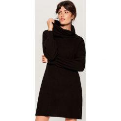 Dzianinowa sukienka z luźnym golfem - Czarny. Czarne sukienki damskie Mohito, z dzianiny, z golfem. Za 119.99 zł.