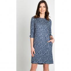 Granatowa sukienka w grochy  QUIOSQUE. Niebieskie sukienki damskie QUIOSQUE, w grochy, z dzianiny, biznesowe, z dekoltem na plecach. W wyprzedaży za 99.99 zł.