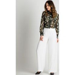 Luźne spodnie z szerokimi nogawkami BIALCON. Szare spodnie materiałowe damskie BIALCON, z szyfonu. W wyprzedaży za 125.00 zł.