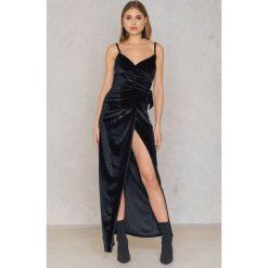 Boohoo Aksamitna sukienka maxi - Black. Sukienki damskie Boohoo, z kopertowym dekoltem. W wyprzedaży za 36.59 zł.