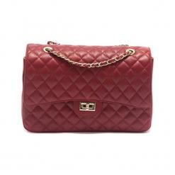 Skórzana torebka w kolorze czerwonym - (S)33 x (W)22 x (G)12 cm. Czerwone torby na ramię damskie Akcesoria na sylwestrową noc. W wyprzedaży za 369.95 zł.