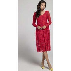 Czerwona Wizytowa Rozkloszowana Sukienka z Koronki. Czerwone sukienki damskie Molly.pl, w koronkowe wzory, z koronki, eleganckie, dekolt w kształcie v. Za 149.90 zł.