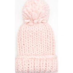 Czapka z warkoczowym splotem i pomponem - Różowy. Czerwone czapki i kapelusze damskie Cropp, ze splotem. Za 39.99 zł.