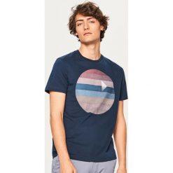 T-shirt z graficznym nadrukiem - Granatowy. T-shirty męskie marki Giacomo Conti. W wyprzedaży za 39.99 zł.