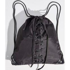 Plecak worek z wiązaniem - Czarny. Czarne plecaki damskie Sinsay. W wyprzedaży za 29.99 zł.
