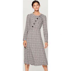 Sukienka z kontrastowymi guzikami - Wielobarwn. Szare sukienki damskie Mohito, z kontrastowym kołnierzykiem. W wyprzedaży za 99.99 zł.