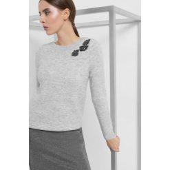 Sweter z aplikacją 3D. Brązowe swetry damskie Orsay, z dzianiny. Za 119.99 zł.