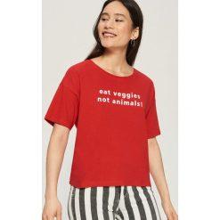 T-shirt z hasłem - Czerwony. Czerwone t-shirty damskie Sinsay. W wyprzedaży za 14.99 zł.