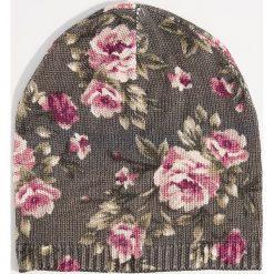 Czapka beanie w kwiaty - Wielobarwn. Szare czapki i kapelusze damskie Mohito. Za 39.99 zł.