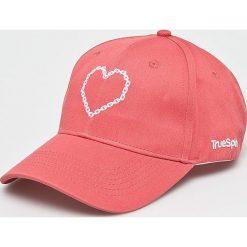 True Spin - Czapka True Love. Różowe czapki i kapelusze damskie True Spin, z bawełny. W wyprzedaży za 49.90 zł.