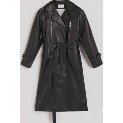 Płaszcz z imitacji skóry - Czarny. Płaszcze damskie marki FOUGANZA. W wyprzedaży za 249.99 zł.